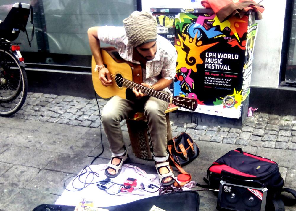 Músico de rua em Copenhagem fazendo a música dele - Muita improvisação